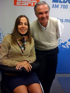 Mara Gabrilli de saia e terninho bege ao lado do DRº Acari,de colete, camisa e calça social. Os dois estão nno estúdio da Eladorado