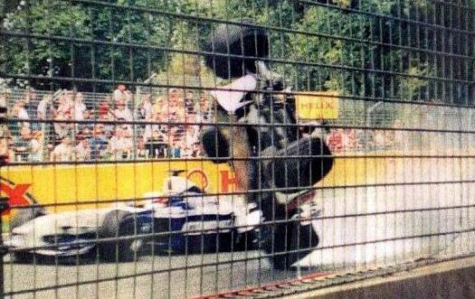 Acidente entre Jaques Villeneuve e Ralf Schumacher em 2001, durante o GP da Austrália - by falandodecorrida.blogspot.com