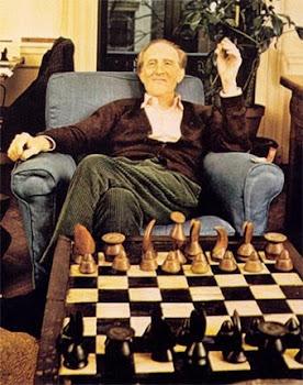 Duchamp fumaba sus cigarros, jugaba al ajedrez, tallaba sus propios trebejos o emprendía un viaje,