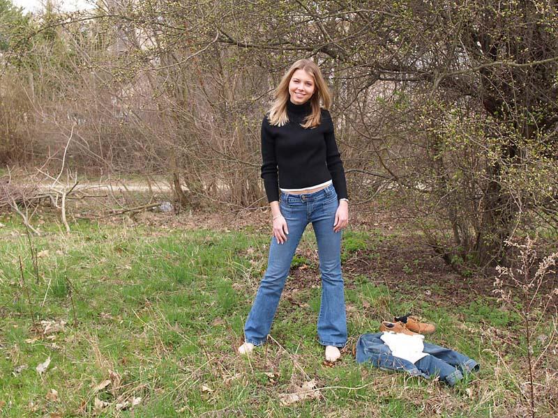 dziewczyna boso na trawie