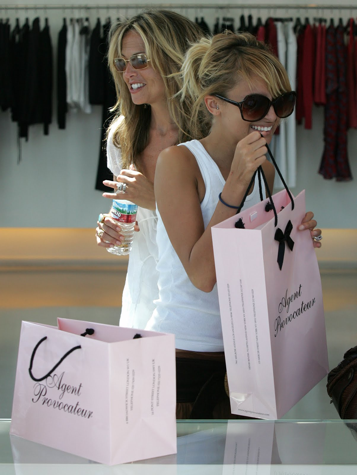 http://1.bp.blogspot.com/_ygRAqJeep-s/TFiJVX3VXKI/AAAAAAAAGdc/iLBIaxkBvl0/s1600/Nicole_Richie_shopping.jpg