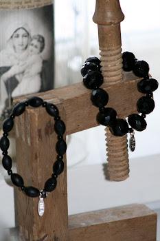Armband med svarta glaspärlor