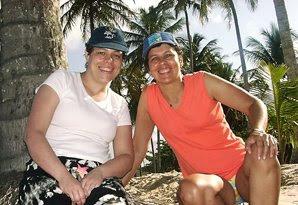 Na praia dos Coqueiros, com a minha prima, Lúcia