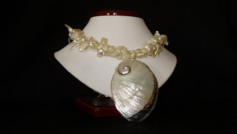 C09098 Collar elaborado en perlas y dije de Cararol con aplicaciones plateadas