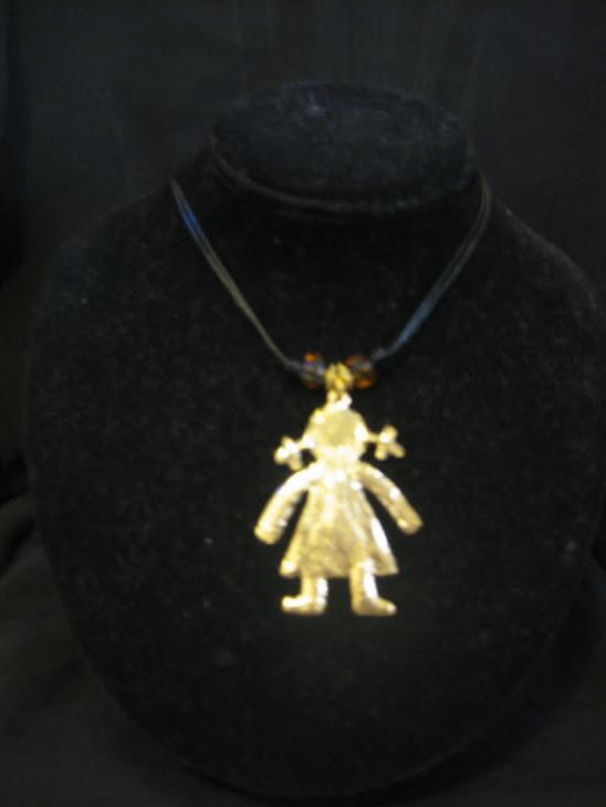 C05106. Collar muñequita dorada