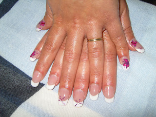 Pose capsules french + déco nail,art rose,violet. Pose faite sur ongles  courts, rallongement capsules.