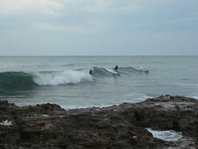 Paperella da bagno surfista con tavola da surf