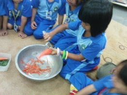 Ma'am Isna sedang mengarahkan anak-anak, bagaimana cara membersihkan