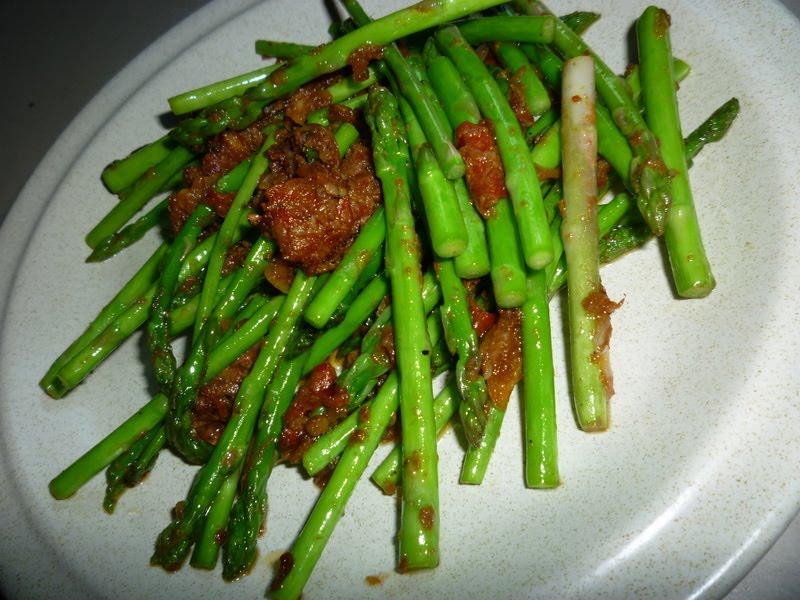 Mr.Hubby's Lifetime Companion-that's me!: Asparagus Goreng Belacan