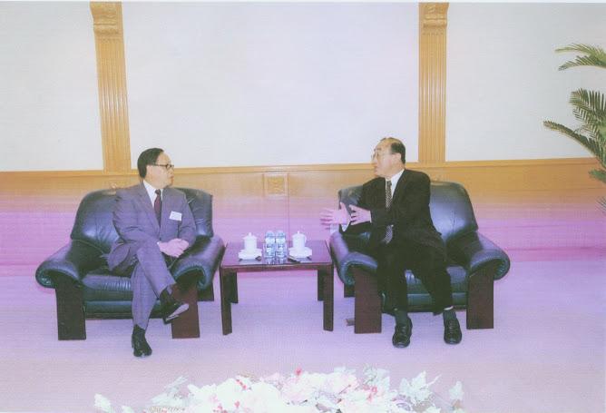 黎奕生(左)率澳門醫務界聯合會赴北京,拜會衛生部部長高強(右)