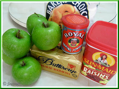 Some apple pie ingredients: wheat flour, baking powder, butter, green apples, raisins