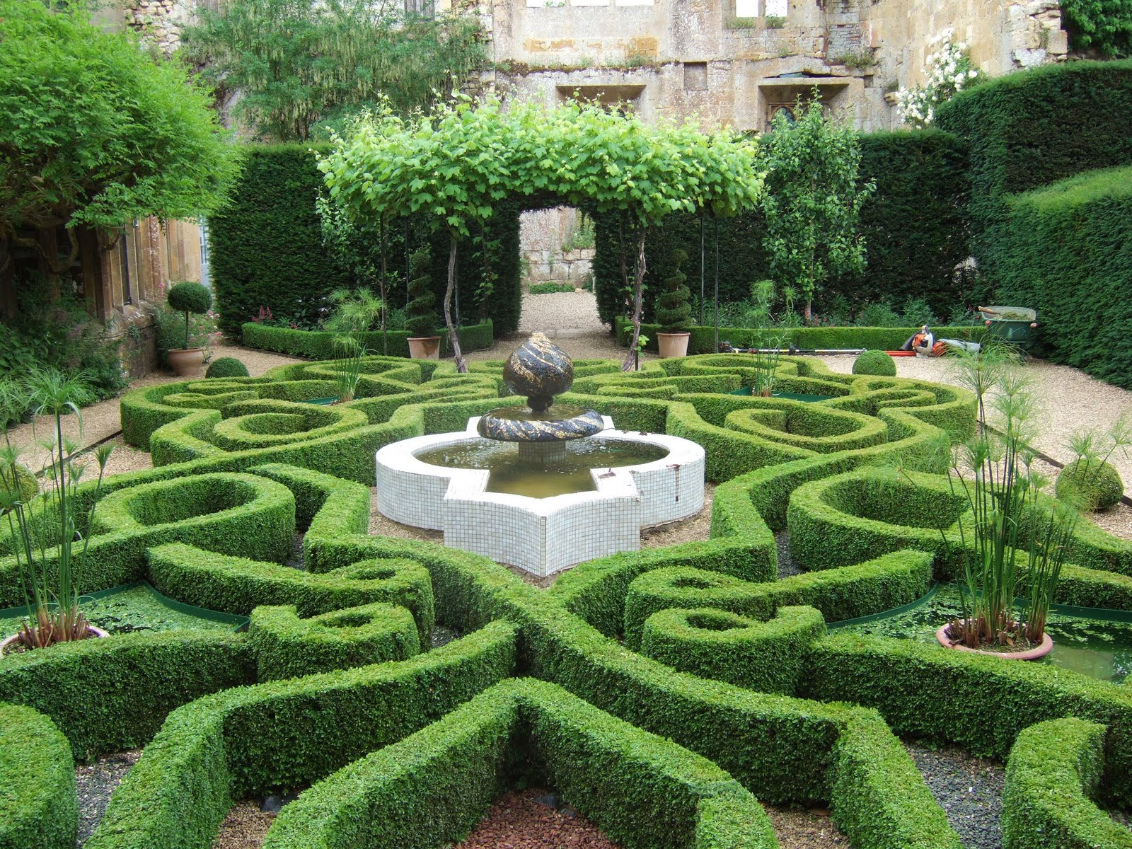 Photos2pleaseu knot garden for Tudor knot garden designs