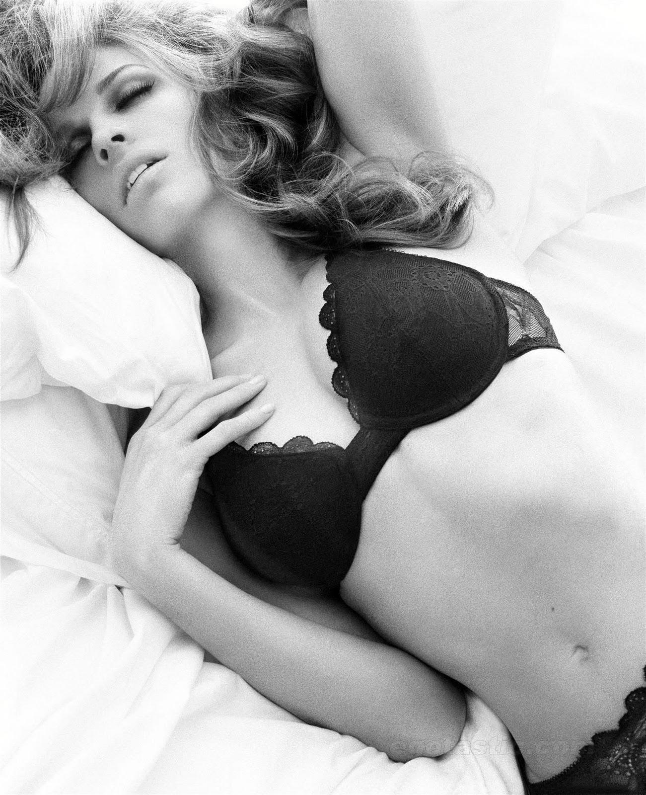 http://1.bp.blogspot.com/_yzzx-hAo-H0/TN6ykwRKzRI/AAAAAAAAAyY/Cp598kz7PmE/s1600/hilary-swank-bra-panties-lingerie-photoshoot-01.jpg