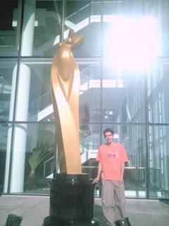 Eu e o Troféu MENINA DE OURO em tamanha gigante