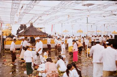 Upacara Umat Hindu Di Tanah Lot.