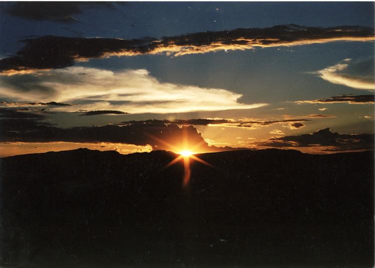 Lindo pôr do sol visto da janela de um apto da Pousada Morais.