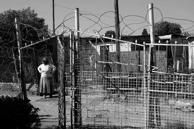 Woman and fence, Motsoaledi, Soweto, Johannesburg, South Africa © Matt Prater