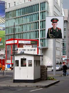 Berlin Checkpoint Charlie Richtung Osten Berlín. La transformación de una ciudad