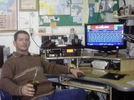 Marcio - PY3MFC em sua estação com o IC-718 e o Hamradiodeluxe
