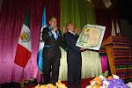 Entrega Pergamino el alcalde de Santa Cruz El Quiché a la ARRPRECH, A.C.