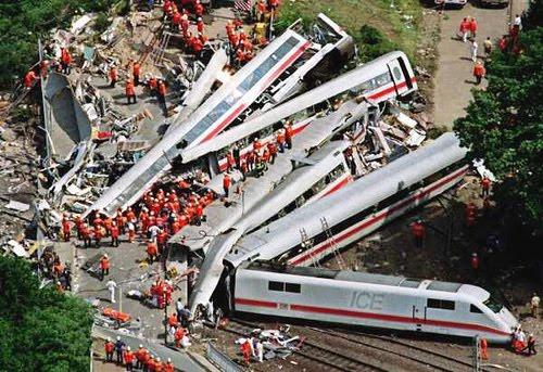 http://1.bp.blogspot.com/_zKBbtj9rWrU/Syx6SL0Sj1I/AAAAAAAAEDk/UTeLFMYg1nA/s400/Chatsworth+Metrolink+crash.jpg