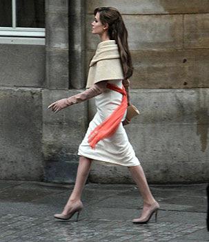 http://1.bp.blogspot.com/_zLEDkZ2IEmU/TQZ9W2Gt6mI/AAAAAAAABkM/U9PO8m6aMt4/s400/Angelina-Jolie-The-Tourist.jpg