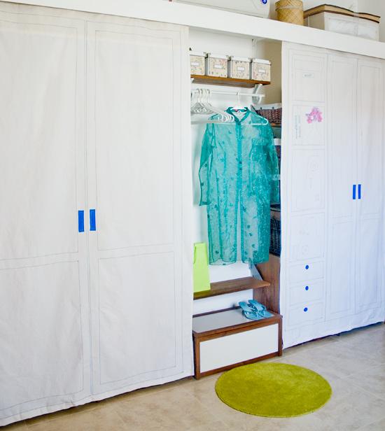 Puertas de tela para un armario improvisado for Cortinas como puertas de armario