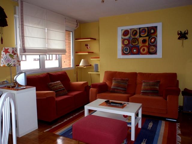 La casa de mar a y kike for Combinar muebles de distintos colores