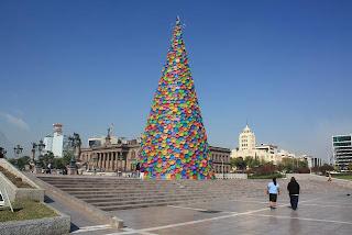 Opulencia regia: mientras los de abajo piden reciclar, las empresas usan sus coladores de plástico para hacer árbolitos de navidad