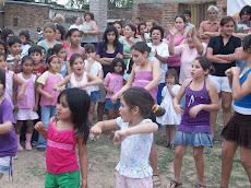 Entre bailes y juegos los niños se divirtieron toda la tarde