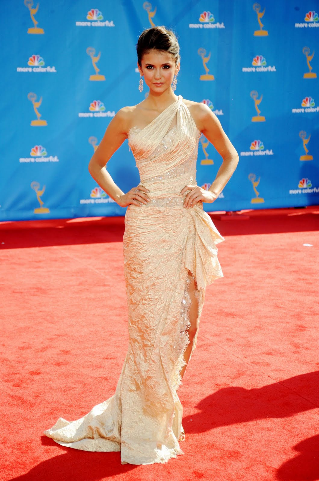 http://1.bp.blogspot.com/_zTnUlG3Oh58/THvaBbdCRvI/AAAAAAAAAIs/7QOOxEHGdZE/s1600/nina-dobrev-2010-emmy-awards-2.jpg