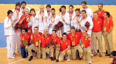 Espanha comemora a prata em Pequim / Foto: Fiba