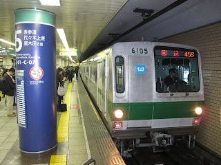 平日に15本運行される 東京メトロ千代田線霞ヶ関行@日比谷駅