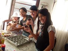 Algumas moças em casa fazendo pães de mel para projeto de serviço...