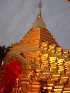 夜晚金輝的寺廟
