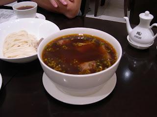 紅燒牛肉湯麵。從來未試過紅燒湯底是可以喝的!因為不是太「傑」便是太重味,這一個卻偏偏是湯清卻味重,完全可以當作湯一樣喝下去