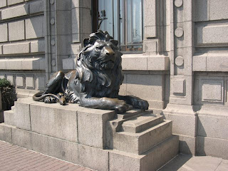 獅子是仿造的,原本的一對已被放進博物館。至於製造其原本的獅子的倒模,聞說已被當年的上海市政府消毀了