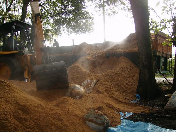 Kerja-kerja di tapak penyimpanan habuk kayu