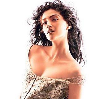 sexy and pretty soonam kapoor