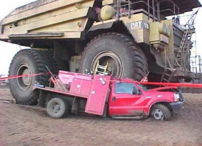 Camioneta de la empresa aplastada por camion cargador