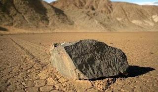 Rocas que se mueven en un desierto en California