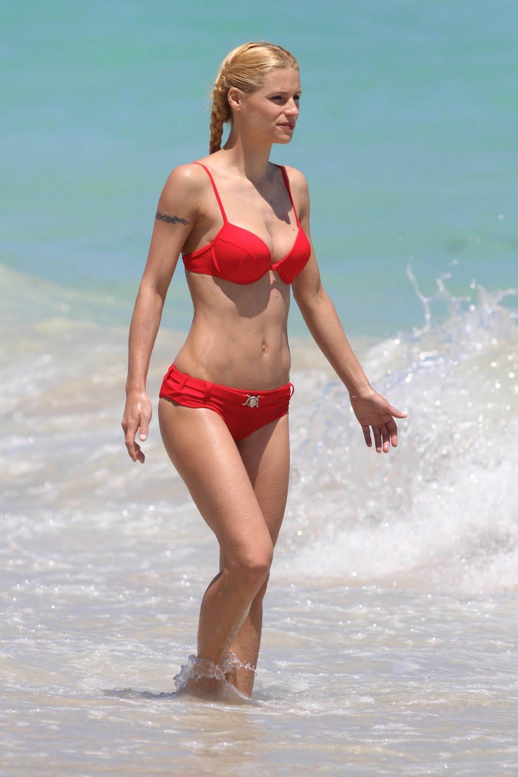 http://1.bp.blogspot.com/_zbsfJpJk1lA/S75YFTbXDmI/AAAAAAAAI6c/F-tTqA2528g/s1600/michelle_hunziker_bikini_beach_3_6.jpg