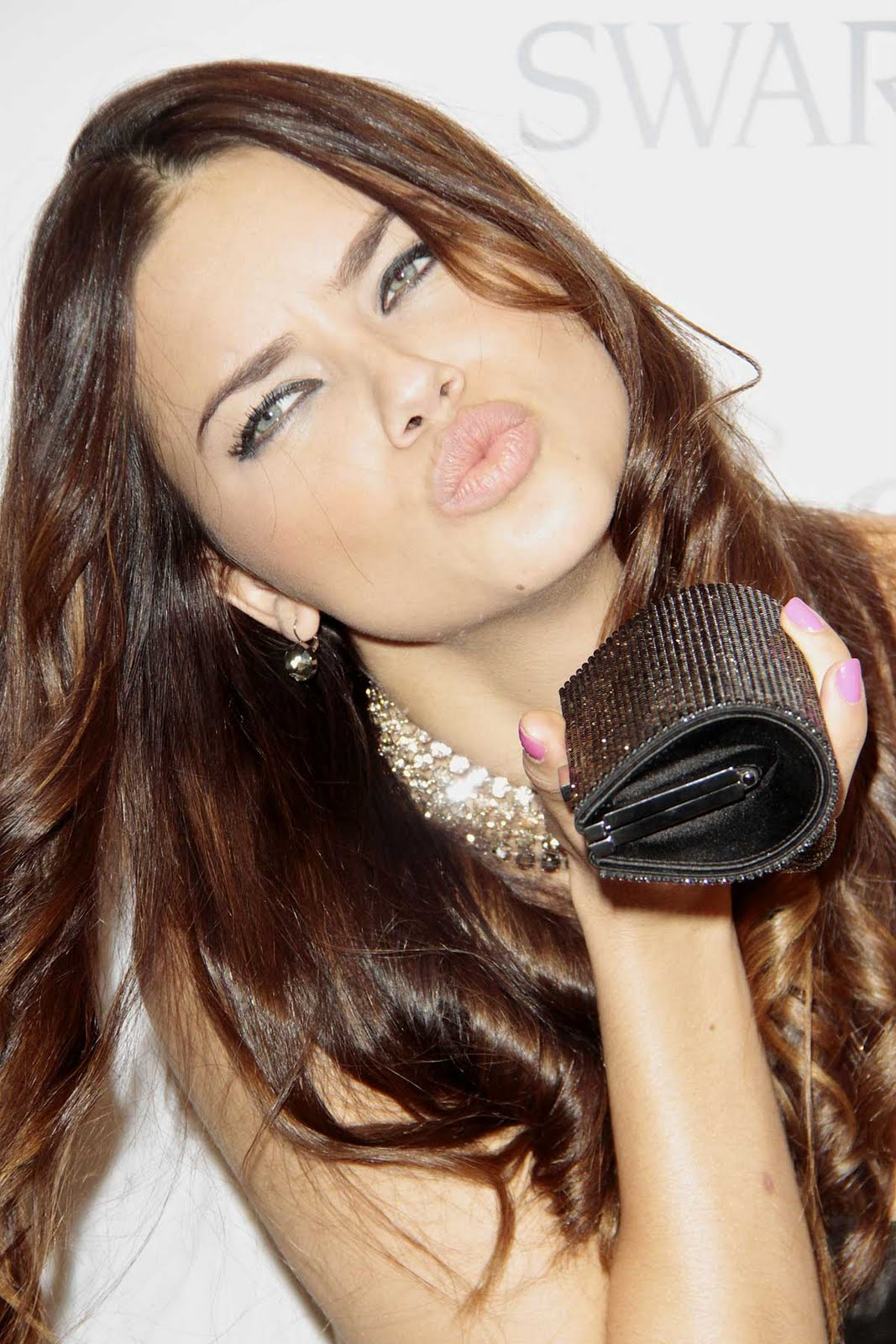 http://1.bp.blogspot.com/_zbsfJpJk1lA/TAAWnnqE1AI/AAAAAAAALWU/3KtFZ74Gg5w/s1600/adriana_lima_kiss.jpg