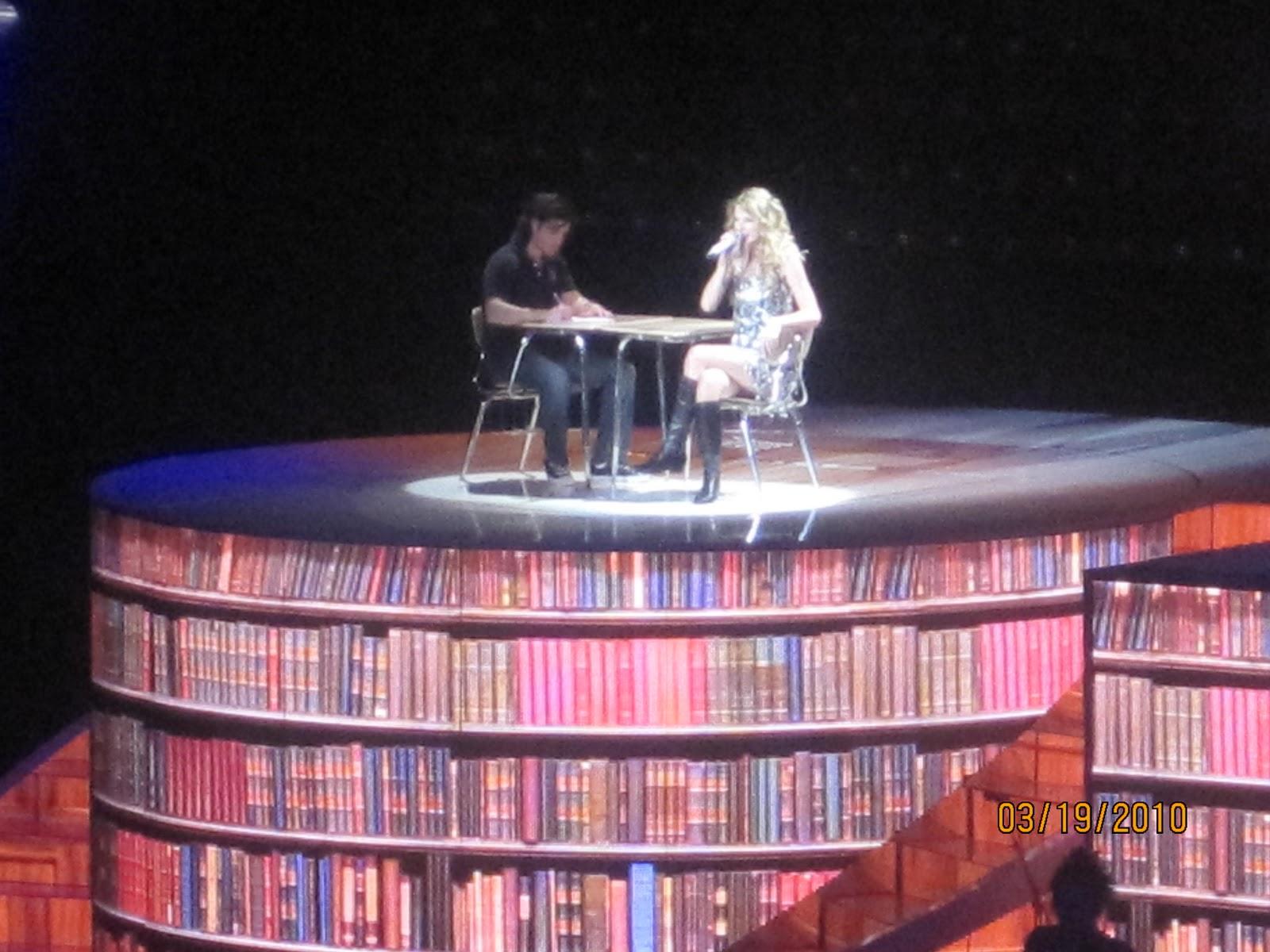http://1.bp.blogspot.com/_zhQCIcpuWno/TMzs5NeJe1I/AAAAAAAAAsA/yOOguC0a3fY/s1600/Taylor+Swift+Concert+059.jpg