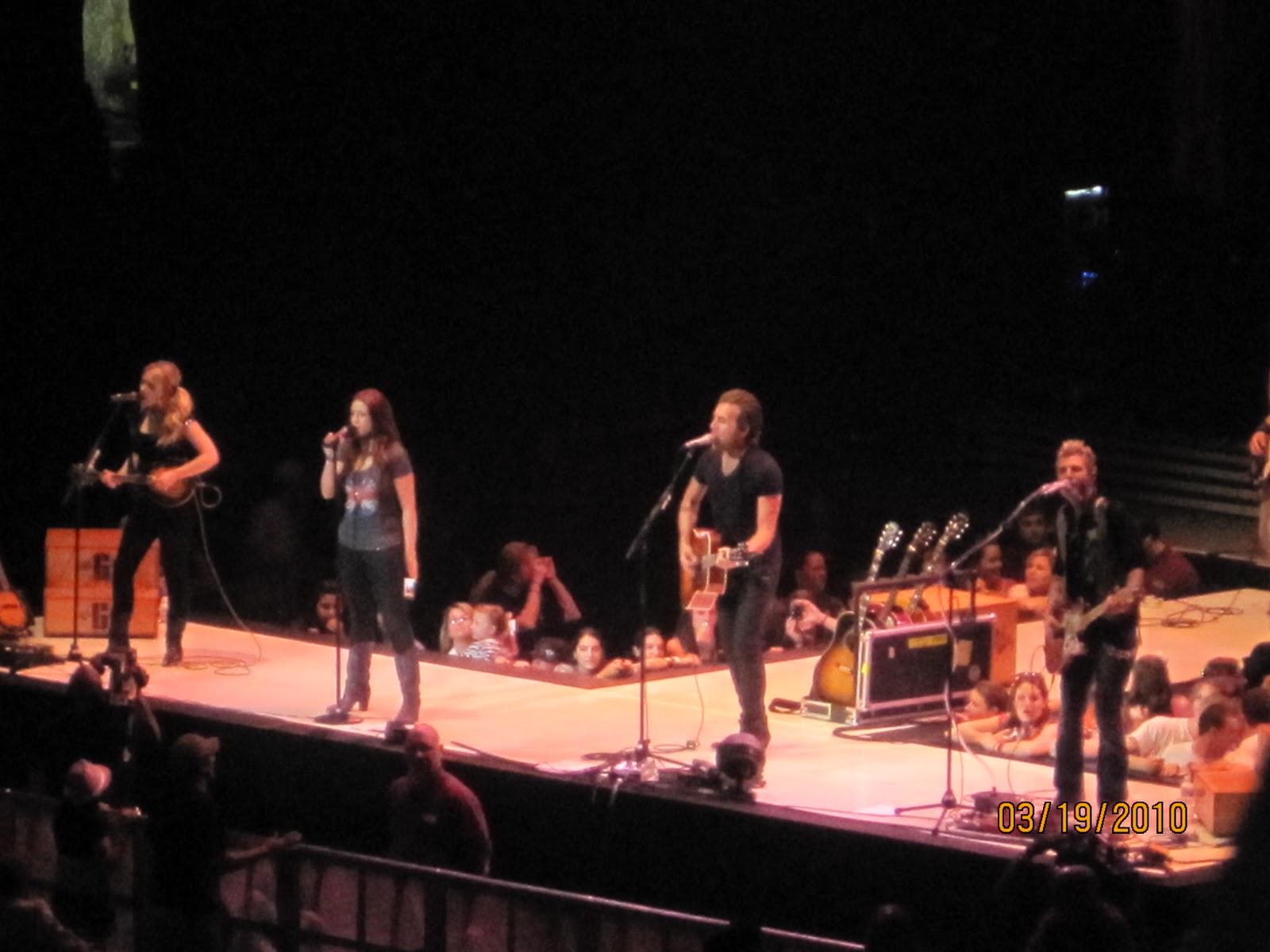 http://1.bp.blogspot.com/_zhQCIcpuWno/TMzsIqIp2TI/AAAAAAAAArs/NLurie0VFEo/s1600/Taylor+Swift+Concert+015.jpg