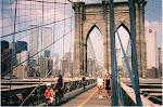 Brooklyn Bridge med fru Gunvor och dotter Helene. The Twins står ännu majestätiskt ...