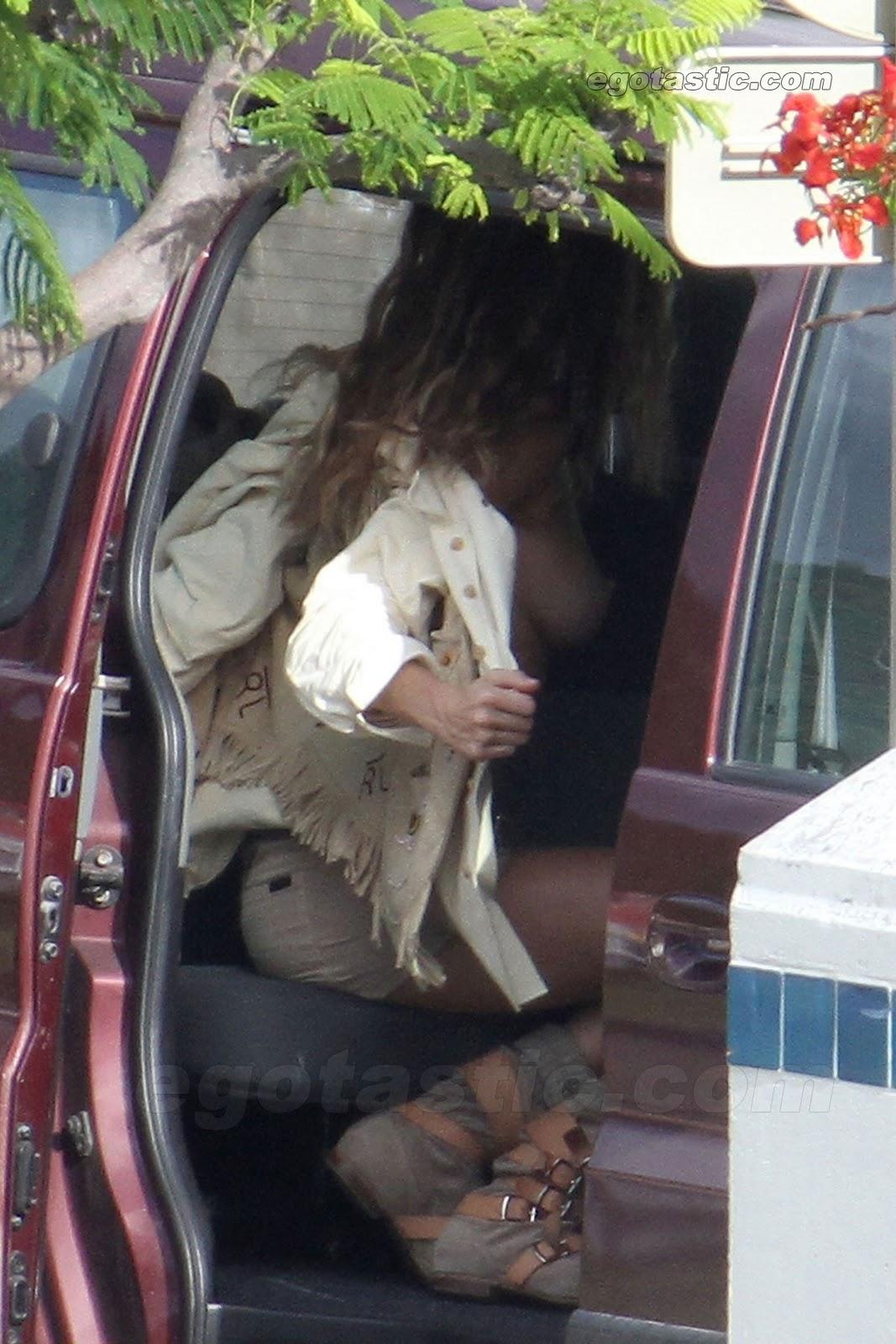 http://1.bp.blogspot.com/_zl4uRIjbpYs/TPe3_mXudMI/AAAAAAAAAUU/6fVc1hIBAI0/s1600/gisele-bundchen-nude-caught-undressing-03-FP-6170567.jpg