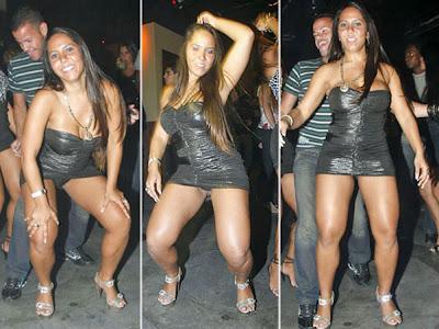 Mulher Melão mostra calcinha em show