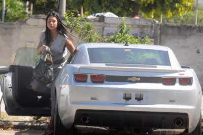Gracyanne Barbosa ganha carro (Chevrolet Camaro) de Belo, e é parada em blitz