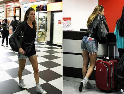 Letícia Birkheuer de shortinho e jaqueta de couro